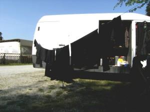 Frisches Schwarz. Wie man sich mit einem simplen Waschtag auf einem Campingplatz verdächtig macht. FOTO: mno