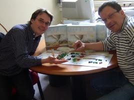 """Einfach mal die Zukunft des Planeten aufs Spiel setzen: """"Keep Cool""""-Erfinder Klaus Eisenack (l.) und Gerhard Petschel-Held. BILD: privat"""